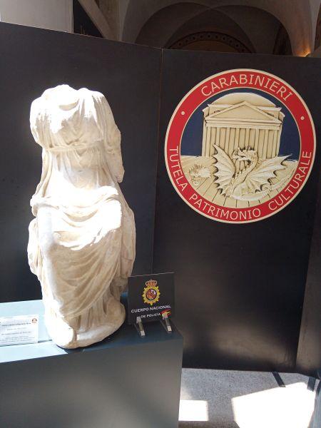 Questa immagine ha l'attributo alt vuoto; il nome del file è carabinieri-statua-2.jpg