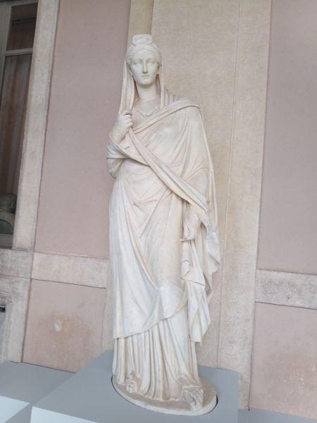 Questa immagine ha l'attributo alt vuoto; il nome del file è Quir-statua-esterna.jpg