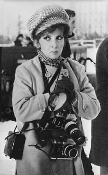 Questa immagine ha l'attributo alt vuoto; il nome del file è 2.-Print-32-foto-picclik-Gina-Lollobrigida-with-cameras-hanging-on-her-neck.jpg