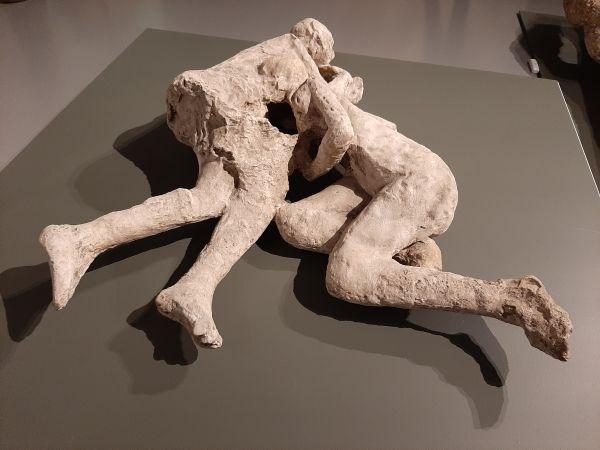 Questa immagine ha l'attributo alt vuoto; il nome del file è Pompei-Santorini-3-1.jpg