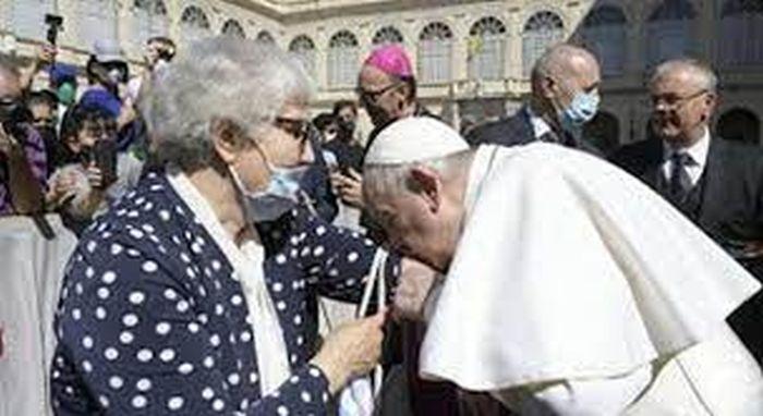 Questa immagine ha l'attributo alt vuoto; il nome del file è papa-bacia-tatuaggio-print.jpg
