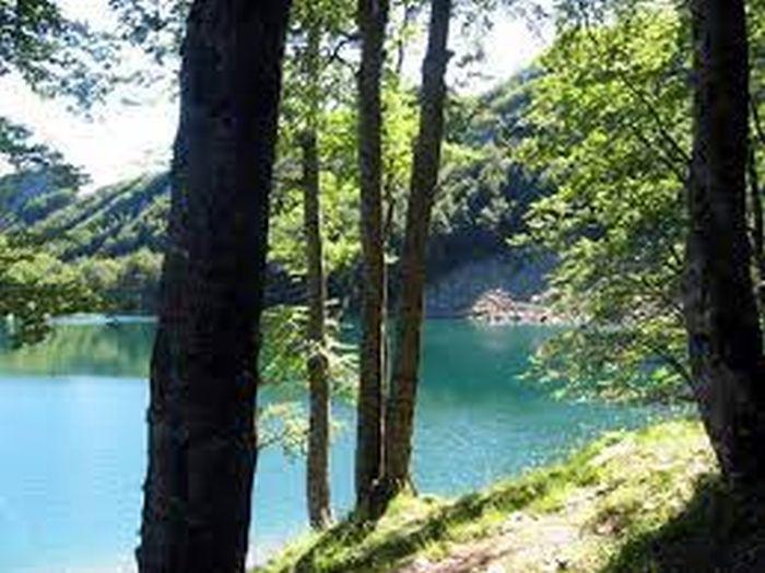 Questa immagine ha l'attributo alt vuoto; il nome del file è lago-santo-parcoappennino.iti_.jpg